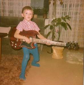 Kleiner Marco mit E Gitarre